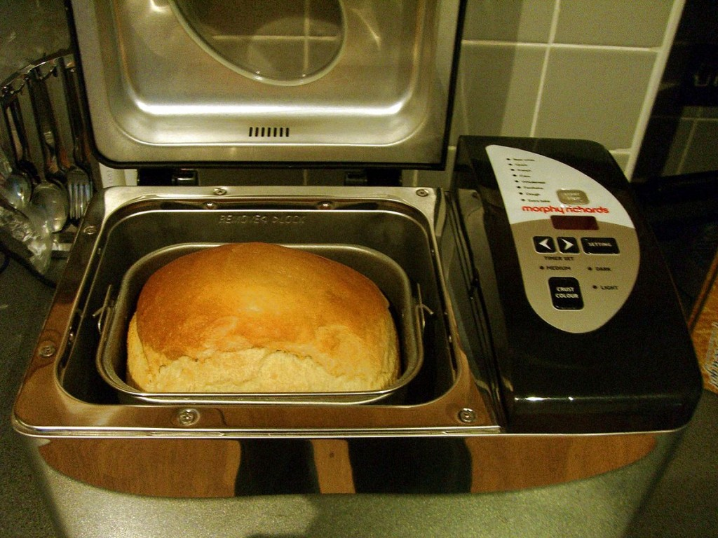 1200px-Making_bread_in_bread_machine